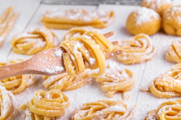 Pasta con ingredienti di pasta sulla vista superiore del tavolo in legno scuro
