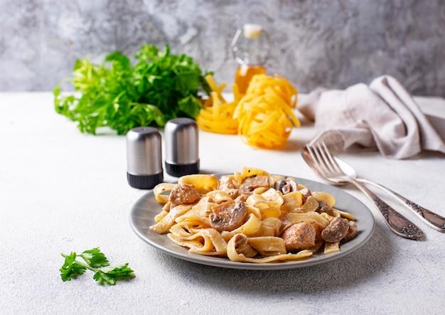 Pasta con pollo e funghi