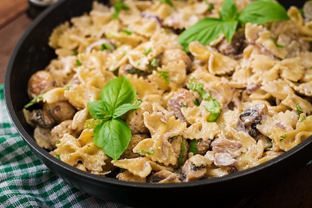 Pasta con polpette e funghi in salsa cremosa