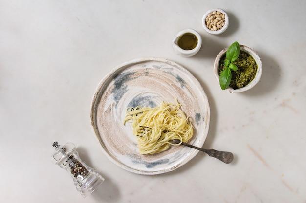 Pasta con salsa al pesto