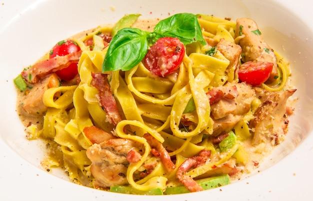 Pasta con sugo con salsa di coniglio, parmigiano, pancetta, zucchine