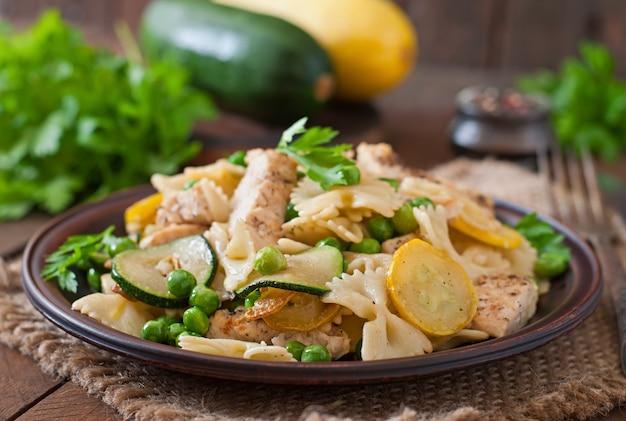 Pasta con zucchine, pollo e piselli
