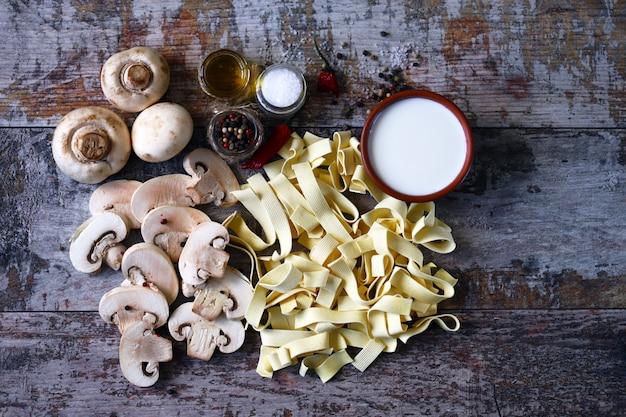 Pasta cruda, funghi, panna e spezie.