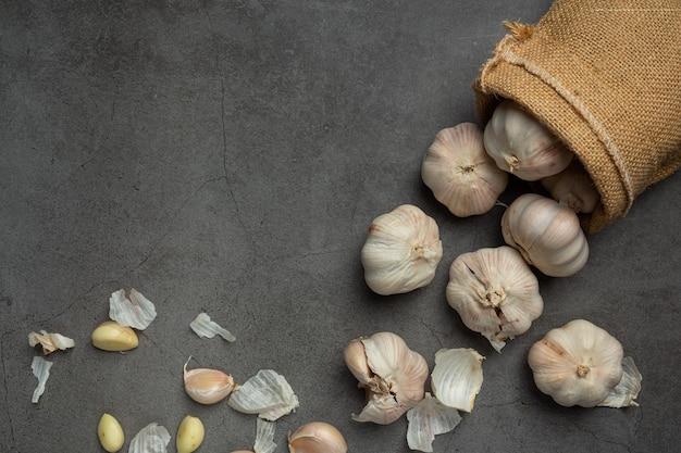 Pasta d'aglio sul nero