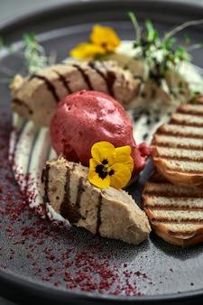Pasta d'anatra con gelato e crostini di pane bianco grigliati