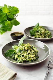 Pasta del vegano delle zucchine su fondo bianco. cibo vegetariano sano