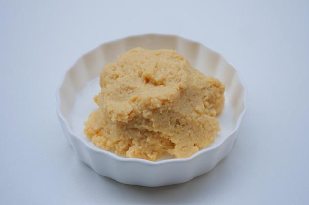 Pasta di fagioli di soia salata su una ciotola