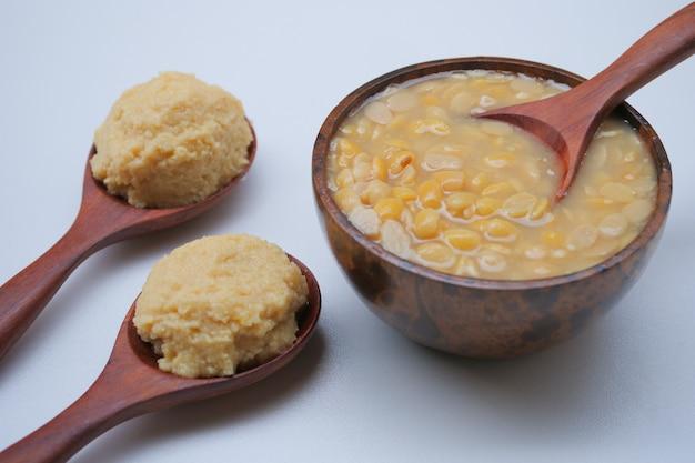 Pasta di fagioli di soia salata sul cucchiaio di legno