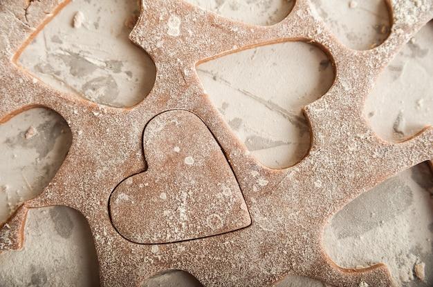 Pasta di pan di zenzero il 14 febbraio, farina, mattarello e copia spazio.
