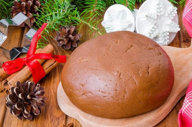 Pasta di pan di zenzero per biscotti di natale e felice anno nuovo