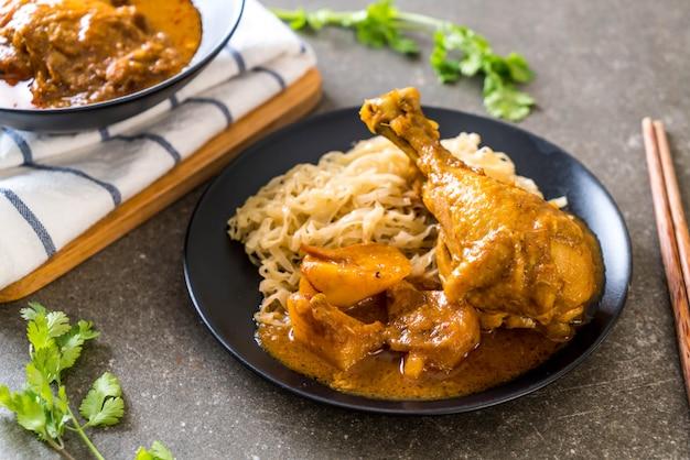 Pasta di pollo al curry con tagliatelle