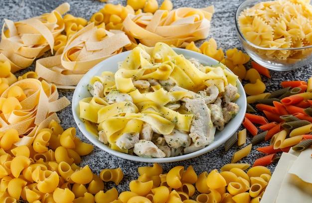 Pasta e carne con pasta, pasta cruda in un piatto