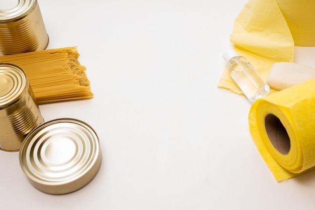 Pasta e cibo in scatola su uno sfondo bianco