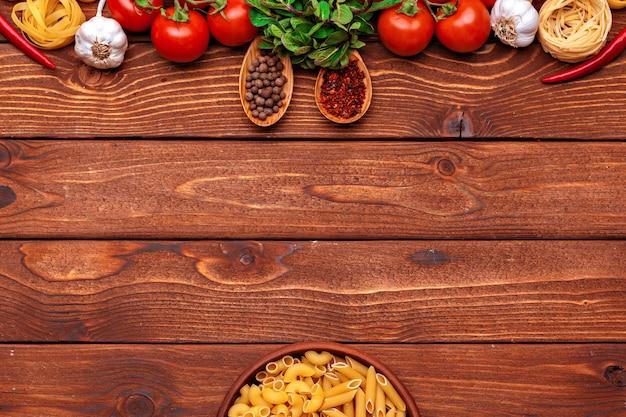 Pasta e ingredienti con sfondo di copyspace. vista dall'alto.