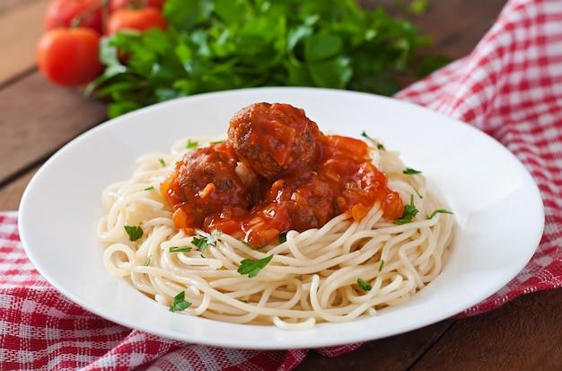 Pasta e polpette con salsa di pomodoro