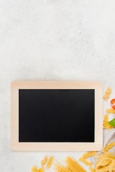 Pasta e pomodori italiani con copia-spazio