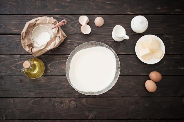 Pasta e prodotti per la sua preparazione sul tavolo di legno scuro