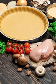 Pasta frolla per la cottura di crostate di quiche e ingredienti in forma di cottura