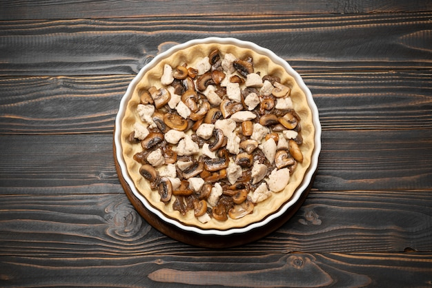 Pasta frolla per la cottura di crostate di quiche e ripieno in forma di cottura