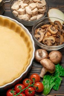 Pasta frolla per la cottura di crostate di quiche in forma di cottura e ingredienti
