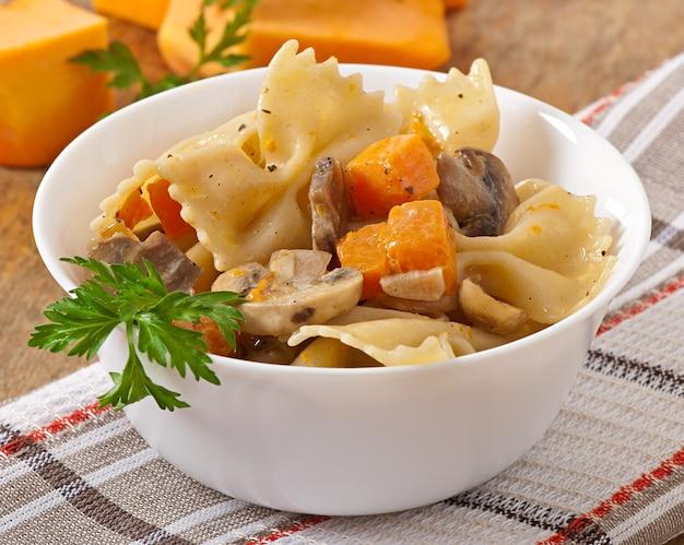 Pasta in salsa di panna con fettine di zucca e funghi