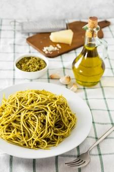 Pasta italiana con bottiglia di olio d'oliva e formaggio