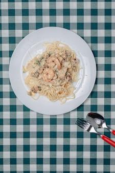 Pasta italiana con frutti di mare e gamberoni, spaghetti al sugo