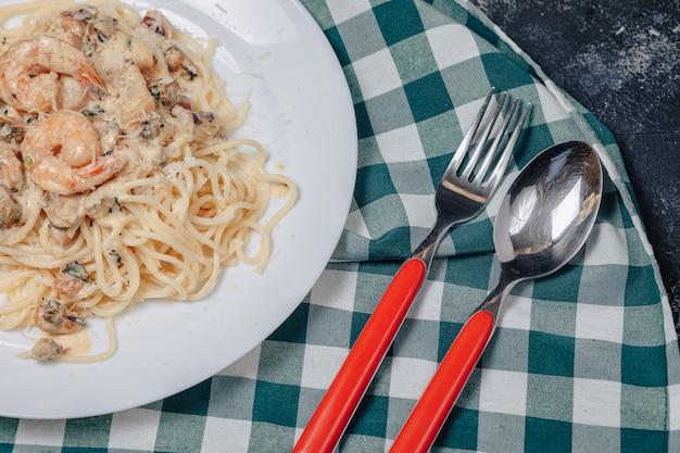 Pasta italiana con frutti di mare e gamberoni