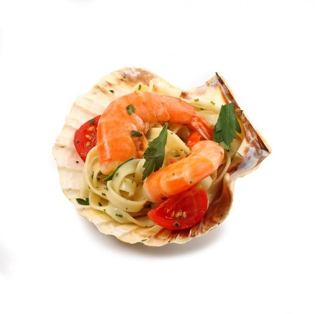 Pasta italiana con gamberi in guscio