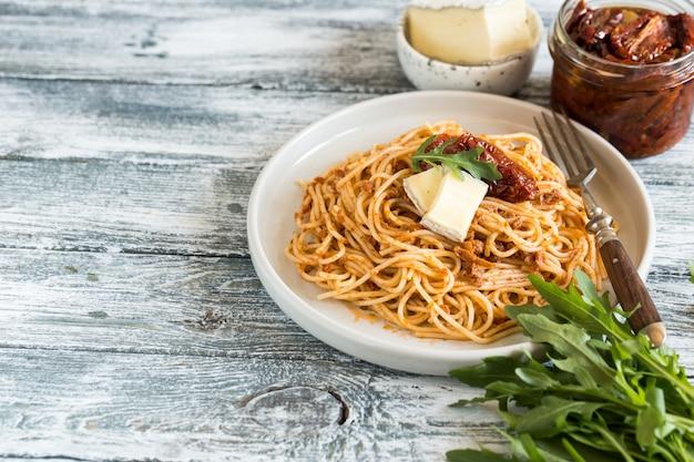 Pasta italiana con pesto di pomodoro essiccato al sole e brie.