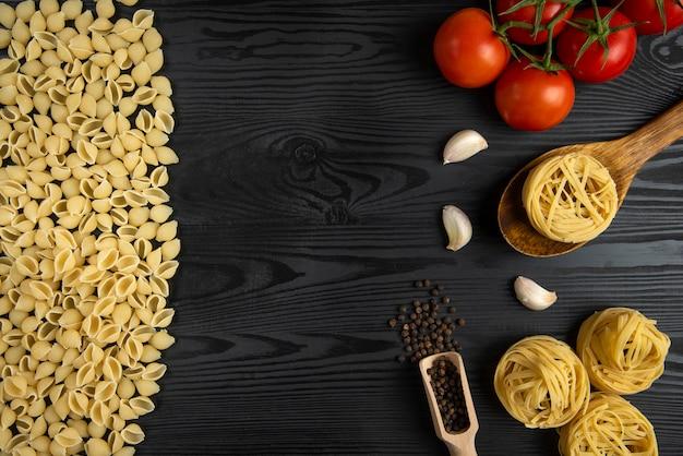 Pasta italiana con pomodoro e aglio