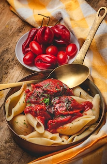 Pasta italiana fatta in casa con salsa di pomodoro