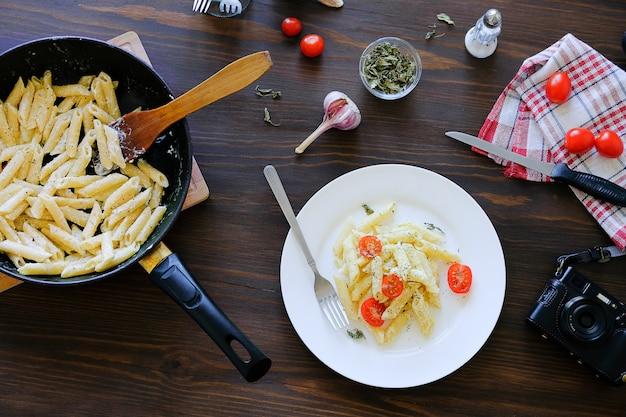 Pasta italiana, macchina fotografica. sparare cibo per i contenuti di blogger.