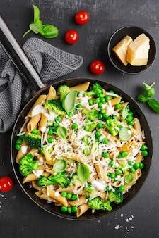 Pasta italiana sana con broccoli