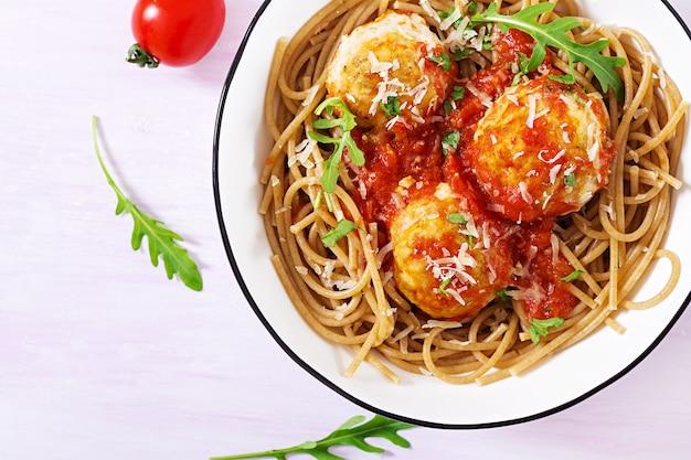 Pasta italiana spaghetti con polpette di carne e parmigiano in ciotola