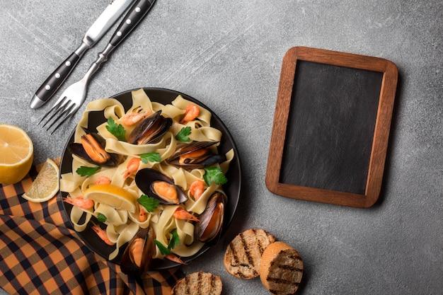 Pasta italiana tradizionale dei frutti di mare con le vongole degli spaghetti alle vongole su fondo di pietra