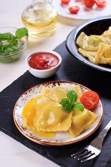 Pasta italiana tradizionale fatta in casa ravioli