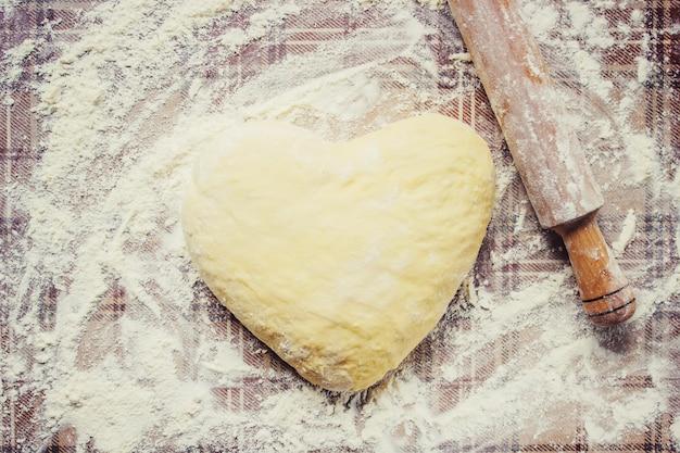 Pasta lievitata sul tavolo cottura al forno messa a fuoco selettiva