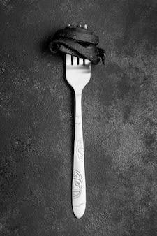 Pasta nera di gamberi avvolta su una forchetta
