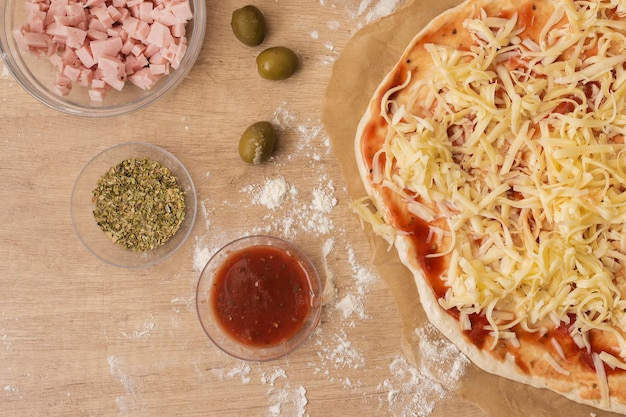 Pasta per pizza a base piatta con ingredienti