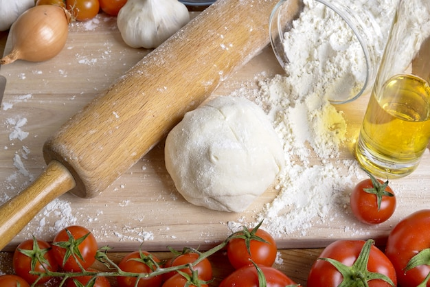 Pasta per pizza e ingredienti