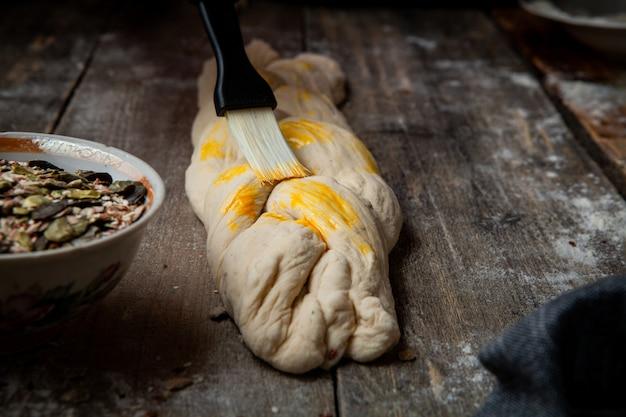 Pasta per vetri femminile con mamma sulla tavola di legno
