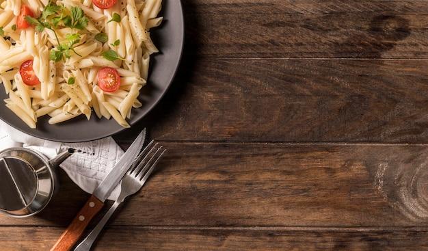 Pasta piatta con verdure e copia-spazio