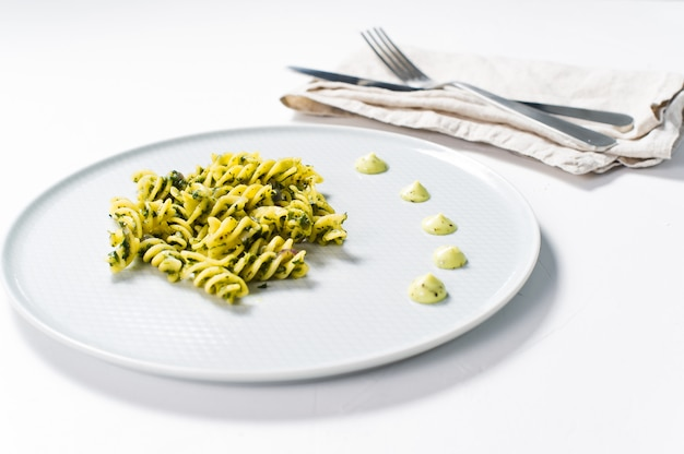 Pasta senza glutine con spinaci. piatto di dieta
