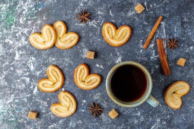 Pasta sfoglia palmier. biscotti palmier francesi deliziosi con zucchero