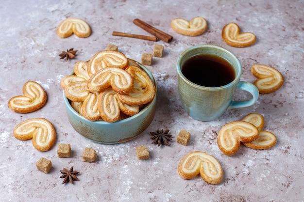 Pasta sfoglia palmier. biscotti più palmier francesi deliziosi con zucchero, vista superiore