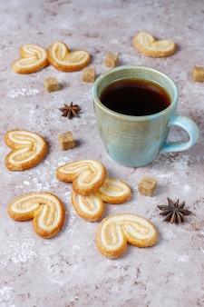 Pasta sfoglia palmier. biscotti più palmier francesi deliziosi con zucchero, vista superiore.