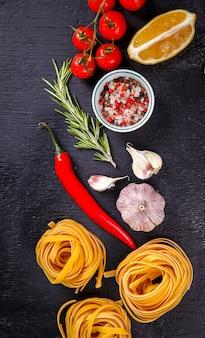 Pasta spaghetti con ingredienti per cucinare la pasta