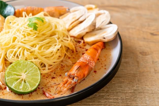 Pasta spaghetti gamberi piccanti (tom yum goong)