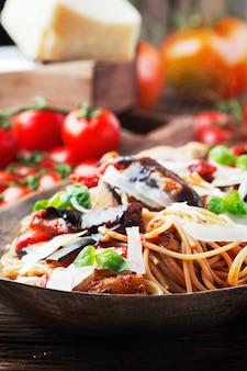 Pasta tradizionale italiana alla norma, messa a fuoco selettiva